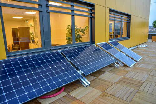 Panneaux solaires installés sur la terrasse d'Energiedouce